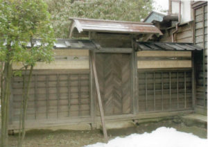 Porta interna dell' ex residenza secondaria della famiglia Kazama