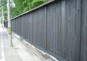 La clôture de bois à planche verticale, l'ancienne villa de Kazama